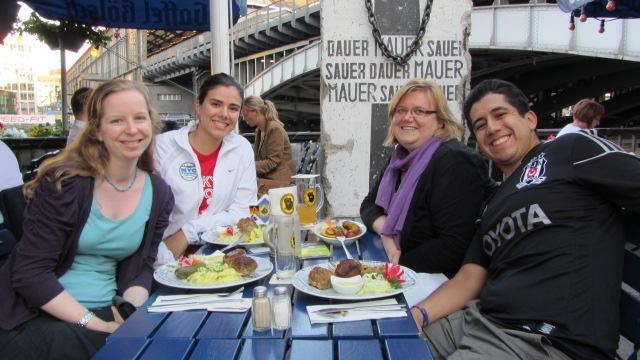 Aquí todos comiendo una rica ensalada de papa en Berlín, verano del 2013.